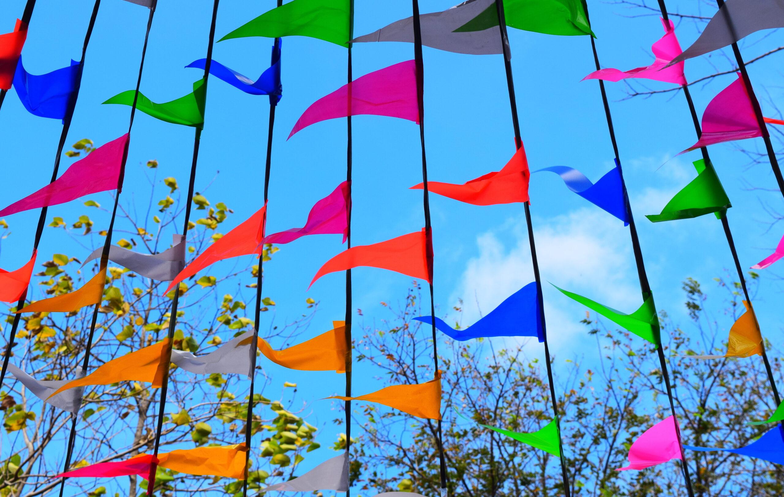 banderas triangulares de colores